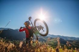rebecca-rusch-carrying-her-bike