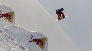 1月18日第十三届红牛南山公开赛超级决赛中,挪威滑手蒙斯·罗伊斯兰做出了史无前例的空中转体1260度动作_副本